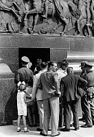 0231926 © Granger - Historical Picture ArchivePEOPLE.   Germany Free State Prussia Brandenburg Province Berlin: Press of people at the entrance of the Victory Column after construction work of the 'Grosser Stern' - Photographer: Heinz Fremke - Published by: 'Berliner Volkszeitung' 07.08.1939 Vintage property of ullstein bild.