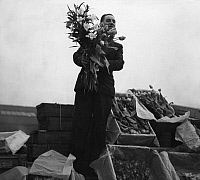 0231952 © Granger - Historical Picture ArchivePEOPLE.   Great Britain, England, Flower seller in London - Photographer: Regine Relang - published in Dame 10/1937 Vintage property of ullstein bild.