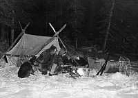 0232127 © Granger - Historical Picture ArchivePEOPLE.   Trapper living in Canada: Trappers are chafing at fire in front of their tent at night - Photographer: Felix H. Man - Published by: 'Koralle' 06/1934 Vintage property of ullstein bild.