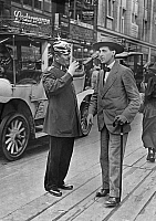0232420 © Granger - Historical Picture ArchivePEOPLE.   German Empire Kingdom Prussia Brandenburg Province Berlin: series: a policeman giving a pedestrian informations - Photographer: Frankl - 1914 Vintage property of ullstein bild.