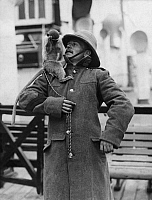 0232554 © Granger - Historical Picture ArchivePEOPLE.   Great Britain England A Guardsman with a monkey he brought himself form Egypt. - Photographer: Philipp Kester - Published by: 'Die Praktische Berlinerin' 25/1912 Vintage property of ullstein bild.
