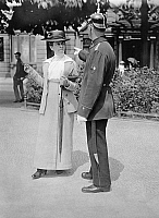 0232698 © Granger - Historical Picture ArchivePEOPLE.   German Empire Kingdom Prussia Brandenburg Province Berlin: series: a policeman giving an eglish woman informations - Photographer: Frankl - 1914 Vintage property of ullstein bild.