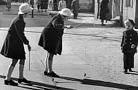 0232767 © Granger - Historical Picture ArchivePEOPLE.   German Empire, Gemany, Berlin: girls playing in the street, whipping a top - Photographer: Herbert Hoffmann - Published in: B.V.Z. (Bild Volkszeitung) 06.04.1941 Vintage property of ullstein bild.