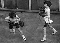 0232940 © Granger - Historical Picture ArchivePEOPLE.   USA Two boys during boxing exercises. - Photographer: Philipp Kester - Published by: 'Der heitere Fridolin' 1/1921 Vintage property of ullstein bild.