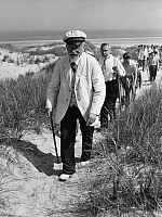 0232968 © Granger - Historical Picture ArchivePEOPLE.   Otto Leege who knows all about the islands of Eastern Frisia with tourists in the dunes of Juist - Photographer: Wolff & Tritschler - Published by: 'Sieben Tage' 09/1937 Vintage property of ullstein bild.