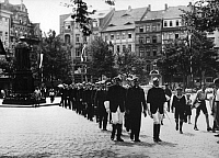 0233111 © Granger - Historical Picture ArchivePEOPLE.   Germany Saxe-Weimar-Eisenach Grand Duchy Jena: Student Life / fraternities: Students at a fraternity of the University of Jena are marching in step over the square - Photographer: Werner Cohnitz, Dephot - 1931 Vintage property of ullstein bild.
