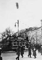 0233163 © Granger - Historical Picture ArchivePEOPLE.   German Empire Kingdom Prussia - Brandenburg Provinz (Province) - Berlin Omnibus with open top deck at the street Unter den Linden in Berlin. Above the city fly a Parseval airship. - Photographer: - 1911 Vintage property of ullstein bild.