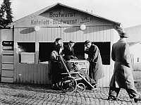 0235888 © Granger - Historical Picture ArchiveGASTRONOMY.   East Gemany, Soviet sector, East-Berlin: people in front of a fast food stand on the Christmas market - Photographer: Gert Kreutschmann - 1959 Vintage property of ullstein bild.