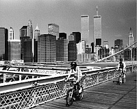 0235958 © Granger - Historical Picture ArchiveGEOGRAPHY.   USA, New York, Manhattan - Byciclists on Brooklyn Bridge, in the background the Financial District and the Twin Towers - 1998.