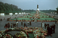 0237159 © Granger - Historical Picture ArchiveGEOGRAPHY.   Visitors at Treptower Park in Berlin. Flowers and wreaths are being laid, celebrating Liberation Day (May 8) - 1950ies.