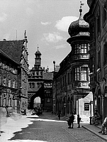 0239639 © Granger - Historical Picture ArchiveGEOGRAPHY.   Germany, Bavaria Lower Franconia, Marktbreit: the market place in the Old town, in the center: city gate Maintor, to the left: the town hall, to the right: historic patrician homes, date unknown, around 1953, photo by Walter Schroeder.