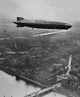 0240036 © Granger - Historical Picture ArchiveGEOGRAPHY.   England: Zeppelin flies over London (aerial view photo) - Photographer: Associated Press Photo - Published by: 'Berliner Illustrirte Zeitung' 18.10.1932 Vintage property of ullstein bild.