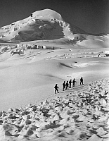 0240078 © Granger - Historical Picture ArchiveGEOGRAPHY.   Switzerland - Wallis: Valais Alps, hikers ascending the Allalinhorn, passing remains of an avalanche on the Fee glacier - Photographer: Donald McLeish - Published by: 'Berliner Illustrirte Zeitung' 25/1912 Vintage property of ullstein bild.
