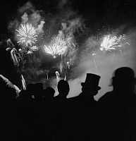 0241131 © Granger - Historical Picture ArchiveCELEBRATION.   Garden Festival in Paris: Visitors are enjoying the fireworks - Photographer: Roger Schall - Published by: 'Die Dame' 10/1936 Vintage property of ullstein bild.