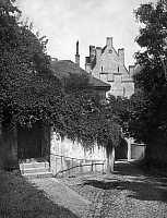 0241380 © Granger - Historical Picture ArchiveNATURE.   German Empire Bavaria Free State Housewall overgrown with bushes at a little alley in Freising. - Photographer: Philipp Kester - Published by: 'Vossische Zeitung' 42/1924 Vintage property of ullstein bild.