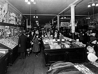 0242628 © Granger - Historical Picture ArchiveECONOMY.   USA: Woolworth shop, American five-and-dime store, they offer only items for 5 or 10 Cent - Published by: 'Uhu' 1/1925/1926 Vintage property of ullstein bild.