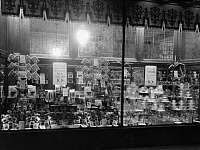 0242697 © Granger - Historical Picture ArchiveECONOMY.   USA: Woolworth departement store, American five-and-dime store, shop window with display of items for 5 or 10 Cent - Published by: 'Uhu' 1/1925/1926 Vintage property of ullstein bild.