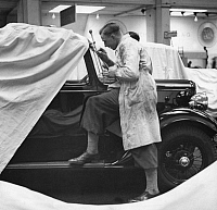 0242712 © Granger - Historical Picture ArchiveECONOMY.   German Empire Free State Prussia: motor show: man preparing a car for the show - Photographer: Heinz Fremke - Published by: 'Das 12 Uhr Blatt' 19.02.1937 Vintage property of ullstein bild.