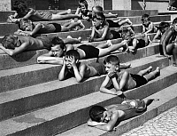 0243058 © Granger - Historical Picture ArchiveLEISURE.   German Empire Free State Prussia - Brandenburg Provinz (Province) - Berlin: heat in the city, children in bathing suits relaxing on the stairs of a fountain - Photographer: Helmut Hollmann - Published by: 'Gruene Post' 29/1939 Vintage property of ullstein bild.