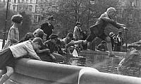 0243100 © Granger - Historical Picture ArchiveLEISURE.   Germany children playing at the Herkules fountain on Luetzowplatz in Berlin, date unknown, probably 1930, published in Tempo 27.05.1930, photo by Georg Fuchs.