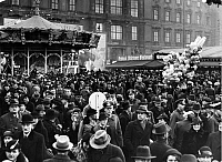 0243330 © Granger - Historical Picture ArchiveLEISURE.   German Empire Free State Prussia - Brandenburg Provinz (Province) - Berlin: crowds at the Christmas market in front of the Berlin City Palace (Stadtschloss) - Photographer: Heinz Fremke - Published by: 'Berliner Montagspost' 14.12.1936 Vintage property of ullstein bild.