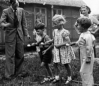0243349 © Granger - Historical Picture ArchiveLEISURE.   German Empire: children's treat in Worpswede, egg-and-spoon race - Photographer: Saebens-Worpswede - 14/1939 Vintage property of ullstein bild.