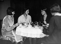0243469 © Granger - Historical Picture ArchiveLEISURE.   series: German Empire: students after the first semester meets up with other students in a flat of a classmate (original text) - Photographer: Martin Munkacsi - 1932 Vintage property of ullstein bild.