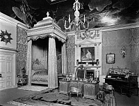 0243645 © Granger - Historical Picture ArchiveLEISURE.   The dollhouse of Queen Mary II of England. The bedroom. - Photographer: Topical Press Agency - Published by: 'Der heitere Fridolin' 21/1924 Vintage property of ullstein bild.