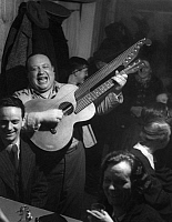 0245341 © Granger - Historical Picture ArchiveMUSIC.   Austria Vienna Vienna: Grinzing: Folk singer is performing in a pub - Photographer: Max Ehlert - Published by: 'Hier Berlin' 18/1938 Vintage property of ullstein bild.