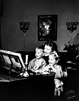 0245510 © Granger - Historical Picture ArchiveLIFESTYLE.   Emmi LEISNER (*1885-1958+), German opera singer, Leisner with children of German minister of the interior Wilhelm Frick, Dieter and Renate, at her flat, c1936-1940, photography by Hedda Walther.