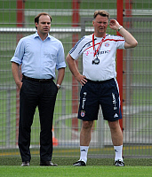 0260907 © Granger - Historical Picture ArchiveCHRISTIAN NERLINGER.   Nerlinger, Christian - Soccer, Sporting Director, FC Bayern Muenchen, Germany - next to coach Louis van Gaal (R) during training session - 03.07.2009. SvenSimon - ullstein bild / Granger, NYC -- All rights reserved.