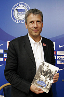0261431 © Granger - Historical Picture ArchiveLUCIEN FAVRE .   Lucien Favre - coach, Hertha BSC Berlin, Switzerland: unveiling a book about former Hertha player Hanne Sobek by author Oliver Ohmann - 02.08.2007 *** Local Caption *** 00950971. Popow - ullstein bild / Granger, NYC -- All Rights Reserved.