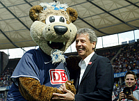 0262710 © Granger - Historical Picture ArchiveLUCIEN FAVRE .   Lucien Favre - coach, Hertha BSC Berlin, Switzerland: with mascot Herthinho at the Olympic stadium - 18.08.2007 *** Local Caption *** 00926984. contrast/Behrend - ullstein bild / Granger, NYC -- All rights reserved.