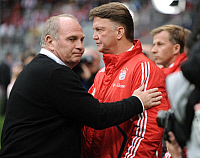 0264038 © Granger - Historical Picture ArchiveLOUIS VAN GAAL.   Gaal, Louis van - Soccer, Coach, FC Bayern Muenchen, The Netherlands - with Deputy Chairman Uli Hoeness (L) - 22.11.2009. Team 2 Sportphoto - ullstein bild / Granger, NYC -- All Rights Reserved.