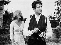 0060630 © Granger - Historical Picture ArchiveFILM: BONNIE & CLYDE.   Faye Dunaway and Warren Beatty in the title roles of the 1967 film 'Bonnie and Clyde.'
