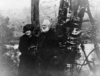 0622083 © Granger - Historical Picture ArchiveALEXANDER GRAHAM BELL   (1847-1922). American (Scottish-born) teacher and inventor. With his wife Mabel. Photograph, c1917.