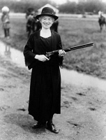 0325324 © Granger - Historical Picture ArchiveANNIE OAKLEY (1860-1926).   American markswoman. Photographed with the rifle Buffalo Bill gave her, 1922.