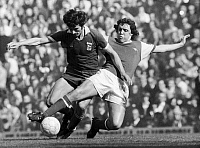 0131707 © Granger - Historical Picture ArchiveSOCCER TACKLE, 1976.   Richie Powling of Arsenal FC (right) tackles a player of Ipswich Town FC during a soccer match in England, 1976.