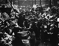 0094435 © Granger - Historical Picture ArchiveLONDON: COVENT GARDEN.   Early morning in Covent Garden Market, London, England. Photographed c1915.