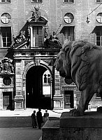 0561777 © Granger - Historical Picture ArchiveGERMANY.   Lion-sculpture in front of the Feldherrnhalle at the Odeonsplatz in Munich. In the background the Residenz. Full credit: Wolff & Tritschler / Süddeutsche Zeitung Photo / Granger, NYC -- All rights reserved.