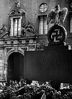 0561791 © Granger - Historical Picture ArchiveGERMANY.   The backside of the memorial stone for the killed putschists (Beer Hall Putsch) with the inscription 'UND IHR HABT DOCH GESIEGT!' (And you triumphed nevertheless!) in front of the Feldherrnhalle in Munich. In the background the Residenz. Full credit: Wolff & Tritschler / Süddeutsche Zeitung Photo / Granger, NYC -- All rights reserved.