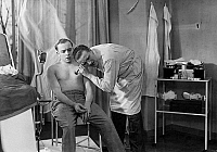 0578208 © Granger - Historical Picture ArchiveGERMANY.   Imre Raday (left) and Willy Fritsch (right) as patient and doctor in a film scene. Full credit: Süddeutsche Zeitung Photo / Granger, NYC -- All rights reserved.