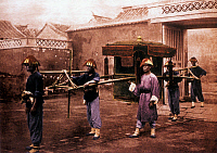 0607465 © Granger - Historical Picture ArchiveCHINA.   A jiao or Chinese sedan chair carried by five porters, Beijing, late Qing Dynasty (c.1885). Full credit: Pictures from History / Granger, NYC -- All rights reserved.