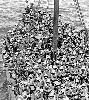 0613652 © Granger - Historical Picture ArchiveTURKEY / GALLIPOLI CAMPAIGN.   A boat load of (British) Lancashire Fusiliers about to land at Gallipoli in May 1915. Full credit: Pictures from History / Granger, NYC -- All rights reserved.